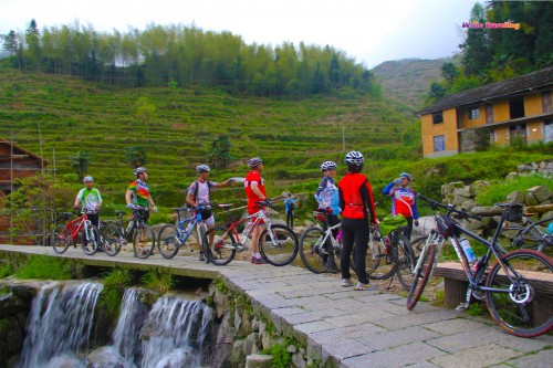 100-Cyclists appear in Kenggen Stone Village