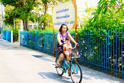 The mother and daughter enjoying their bicycle ride in Bangkok