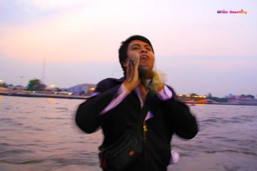 Tatlı aksanı ile iskeledeki komik adam, Bangkok