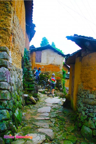 95-Cyclists appear in Kenggen Stone Village
