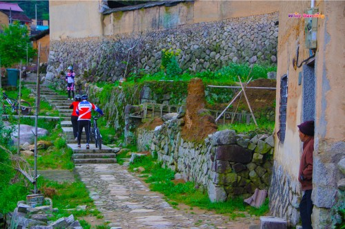 99a-Cyclists appear in Kenggen Stone Village