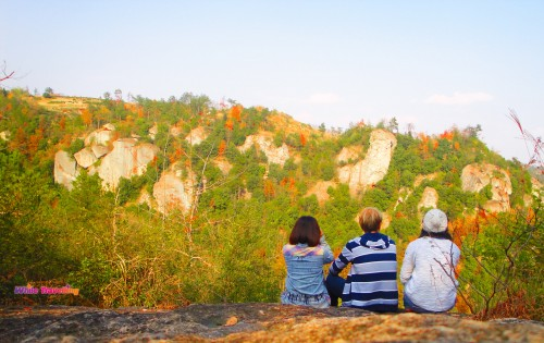 Enjoying the view with friends in Tianzhu Wonderland Scenic Area in Xinchang