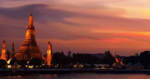 Gün batımında Şafak Tapınağı Wat Arun, Bangkok